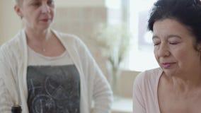 Atrakcyjna starsza dama mówi opowieść jej przyjaciele, dwa inny słuchanie Grupa trzy w średnim wieku dojrzałej kobiety zdjęcie wideo