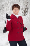 Atrakcyjna starsza kobieta na zimy śnieżnej ulicie Obrazy Stock