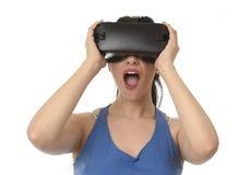 Atrakcyjna szczęśliwa kobieta ogląda 360 rzeczywistość wirtualna wzroku cieszyć się excited używać 3d gogle zdjęcia royalty free