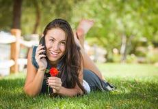 Atrakcyjna Szcz??liwa Mieszana Biegowa Nastoletnia kobieta Opowiada na telefonie kom?rkowym fotografia royalty free