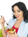 Atrakcyjna Szczęśliwa Zdrowa kobieta Je puchar Egzotyczna Owocowa sałatka Obrazy Stock