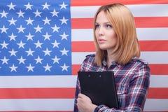 Atrakcyjna szczupła kobieta wyraża jej patriotyzm zdjęcia royalty free