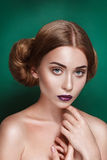 Atrakcyjna tajemnicza młoda kobieta z dwoistą włosianą babeczką w Princess Leia fryzury spojrzeniach w kierunku kamery zdjęcie stock