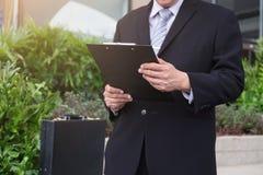 Atrakcyjna Ufna biznesmen pozycja w czarnym kostiumu i ho obrazy royalty free