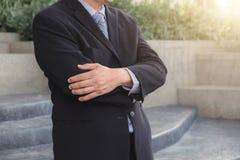 Atrakcyjna Ufna biznesmen pozycja w czarnym kostiumu keepin zdjęcia stock