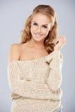 Atrakcyjna Uśmiechnięta kobieta Z w Naramiennym stroju Obraz Royalty Free