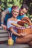 Atrakcyjna wiek średni para podczas datowanie, cieszy się pinkin na ławce w miasto parku fotografia stock