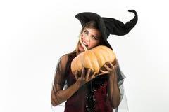 Atrakcyjna wzorcowa dziewczyna w Halloweenowym kostiumu Piękno kobieta pozuje z Dyniowym i Halloweenowym kapeluszem Szczęśliwa go obraz royalty free