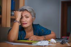 Atrakcyjna zaakcentowana, zapracowana Azjatycka kobieta pracuje przy biurowym laptopu biurkiem w stresu uczuciu i obrazy stock