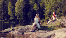 Atrakcyjne kobiety na jeziorze Obrazy Royalty Free
