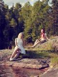 Atrakcyjne kobiety na jeziorze Fotografia Royalty Free