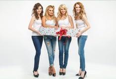 Atrakcyjne kobiety trzyma prezent Obraz Royalty Free