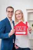 Atrakcyjne pośrednik w handlu nieruchomościami pomoce sprzedawać mieszkanie Fotografia Stock