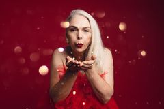 Atrakcyjne starsze kobiety dmuchania błyskotliwość fotografia stock