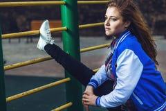 Atrakcyjne studenckie robi gimnastyki w plenerowym terenie Obraz Stock