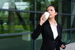 Atrakcyjnego biznesowego dziewczyny mienia mobilny ochraniacz Obrazy Stock
