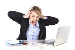 Atrakcyjnego bizneswomanu sfrustowany wyrażenie przy biurowym działaniem zdjęcia royalty free