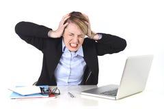 Atrakcyjnego bizneswomanu sfrustowany wyrażenie przy biurowym działaniem obrazy royalty free