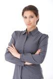 Atrakcyjnego bizneswomanu trwanie ręki krzyżować Fotografia Stock