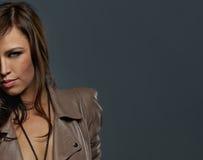 atrakcyjnego brunetki grey odosobniona kobieta Fotografia Stock