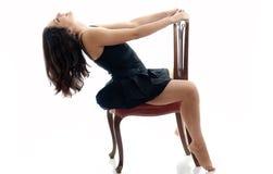 atrakcyjnego brunetki krzesła odosobniony biel obrazy royalty free