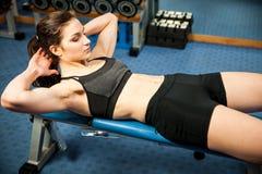 Atrakcyjnego dysponowanego woamn pracujący abs w sprawności fizycznej gym out, robi ab mnie Obraz Stock