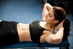 Atrakcyjnego dysponowanego woamn pracujący abs w sprawności fizycznej gym out, robi ab mnie Zdjęcie Royalty Free