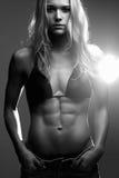 atrakcyjnego kamery zbliżenia sprawności fizycznej udźwigu uśmiechnięta ciężarów kobieta ciężar straty diety styl życia Zdjęcia Stock