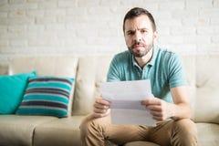 Atrakcyjnego mężczyzna czytelnicza korespondencja Zdjęcie Stock