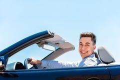 Atrakcyjnego młodego człowieka napędowy kabriolet Fotografia Stock