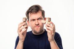 Atrakcyjnego 25 roczniaka biznesowy mężczyzna patrzeje wprawiać w zakłopotanie z drewnianą łamigłówką Obraz Stock