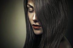 Atrakcyjnego splendor mody ciemnego portreta piękna dziewczyna zdjęcia stock