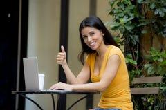 Atrakcyjnej łacińskiej kobiety pracujący outside na laptopie Obraz Royalty Free