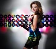 atrakcyjnej świetlicowej dziewczyny nowożytna noc Zdjęcia Royalty Free