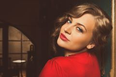 Atrakcyjnej blondynki kobiety dramatyczny portret w luksusowym pokoju Piękna ekranowa noir kobieta Piękna zmysłowa niewinnie seks Zdjęcie Royalty Free