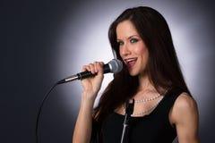 Atrakcyjnej brunetki wokalisty karaoke piosenkarza Żeński Muzykalny audio Obrazy Royalty Free