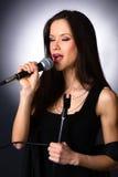 Atrakcyjnej brunetki wokalisty karaoke piosenkarza Żeński Muzykalny audio Obraz Royalty Free