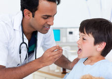 atrakcyjnej chłopiec doktorska daje mała medycyna Zdjęcie Royalty Free