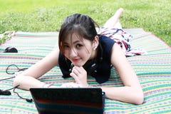 atrakcyjnej dziewczyny parkowi relaksujący potomstwa obraz royalty free