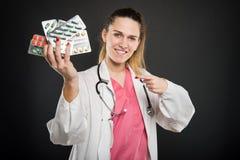 Atrakcyjnej kobiety doktorski wskazywać pokrywa pęcherzami z pastylkami zdjęcie royalty free