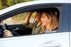 Atrakcyjnej kobiety napędowy samochód z chłopakiem obok ona fotografia royalty free