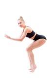 Atrakcyjnej młodej kobiety sportowa elastyczna dziewczyna patrzeje kamerę na białym tle w czarnym kostiumu Zdjęcie Stock