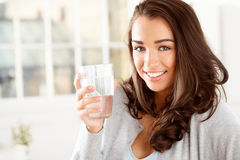 Atrakcyjnej młodej kobiety pije kawa w domu Zdjęcie Royalty Free