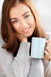 Atrakcyjnej młodej kobiety target1014_0_ kawa w domu Fotografia Stock