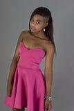 Atrakcyjnej murzynki menchii jaskrawa suknia Obrazy Stock