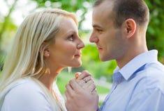 atrakcyjnej pary romancing potomstwa Zdjęcie Royalty Free