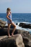 atrakcyjnej plażowej dziewczyny relaksujący skalisty morze Zdjęcia Royalty Free