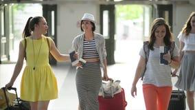 Atrakcyjni Żeńscy przyjaciele Iść lato wycieczka Wpólnie Śliczne młode kobiety Wchodzić do Przez drzwi zbiory