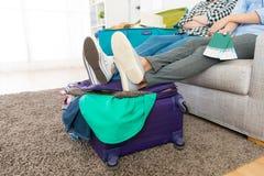 Atrakcyjni dziewczyna przyjaciele pakuje podróż bagaż Zdjęcie Royalty Free