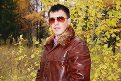 atrakcyjni faceta portreta potomstwa Zdjęcia Stock